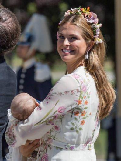 Представительница шведской королевской династии Бернадотов - принцесса Мадлен, в 2018 также стала мамой в третий раз. У королевской четы появилась вторая дочь - Адриенна Жозефина Алиса. С именами, как принято, путаница из родовых и наследственных имен, ведь и у самой Мадлен четыре имени - Мадлен Терезия Амалия Йосефина.