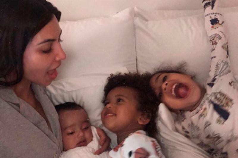 Ким Кардашьян - старшая сестра Кайли, также стала мамой в третий раз. Врачи запретили диве иметь третьего ребенка естественным путем и поэтому Ким обратилась к суррогатной маме. 15 января 2018 на свет появилась Чикаго Ноэль Уэст.