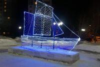 Светодиодный корабль в сквере Барнаула