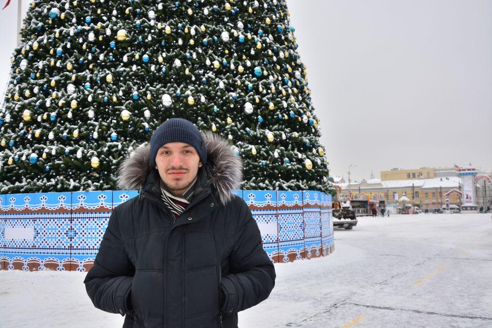Андрей Соловьев поздравляет туляков и желает им побольше денег, крепких нервов и, конечно, искренней любви.