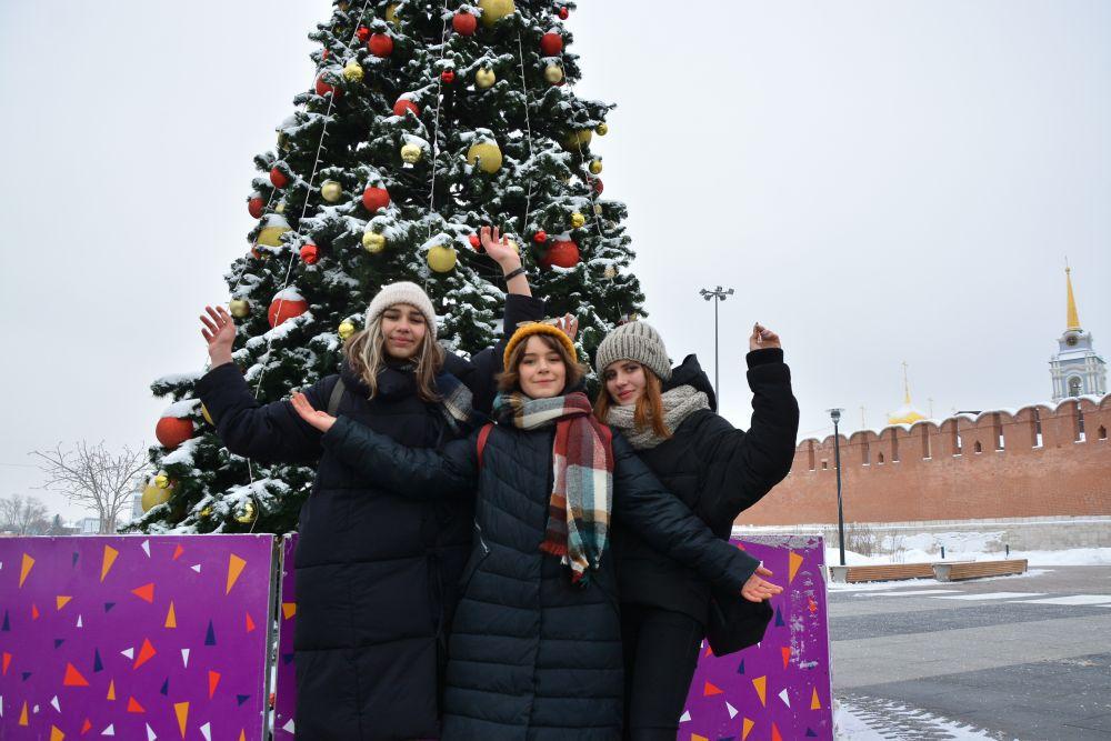 Катя Мартынова, Аня Мерцалова и Катя Углова  желают тулякам провести Новый год в любви и согласии, меньше работать, больше отдыхать и проводить время с близкими людьми.