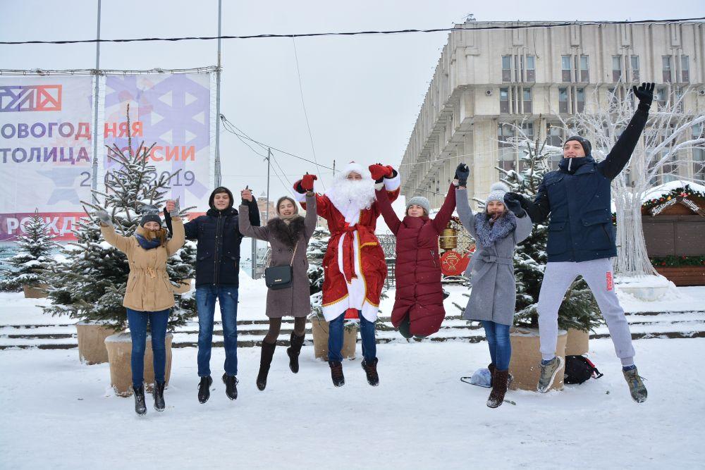 Студенты второго курса Тульского областного медицинского колледжа поздравляет туляков с наступающим Новым годом и желают им не болеть, одеваться теплее, меньше пить таблеток и  вызывать скорую помощь.