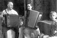 Маршал Жуков любил играть на баяне, подбирая на слух любимые песни. Дочь Эра (на фото в центре) играла на аккордеоне, а Элла – на гармони, 1945 г.