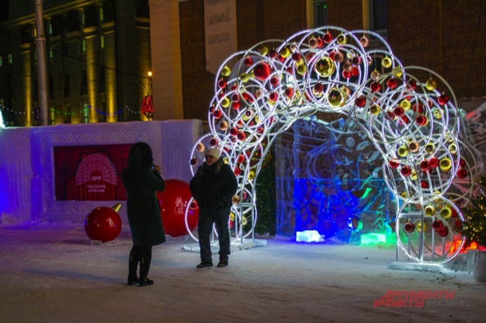 Красивые арки,ледяные скульптуры на любой вкус - добрая традиция в Новосибирске.