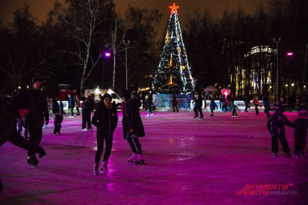 Многие предпочитают активный отдых - катание на коньках.