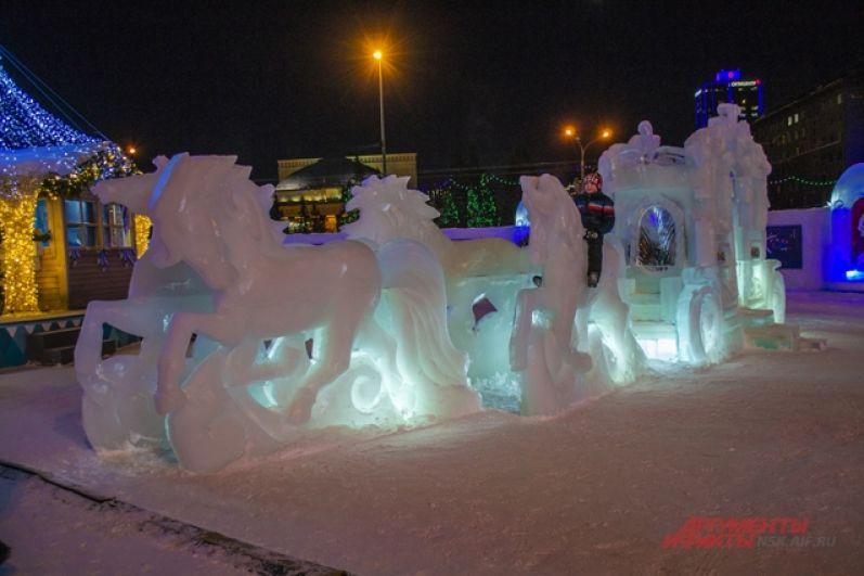 Традиционно на площади Ленина разместился ледовый городок.