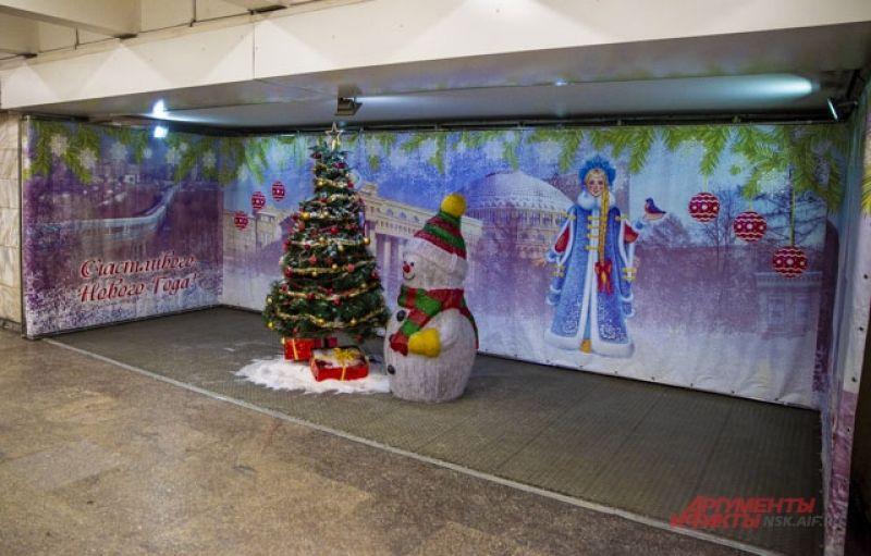 В метрополитене города тоже царит праздничный дух. Все желающие могут сделать фото со снеговиком и ёлочкой.