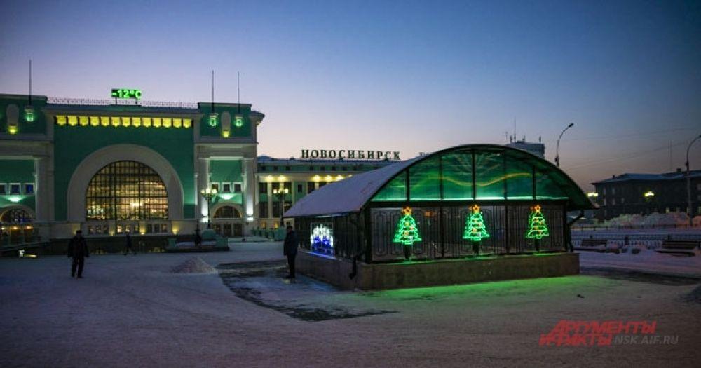 Вокзал Главный тоже радует новогодней атмосферой сибиряков и туристов.