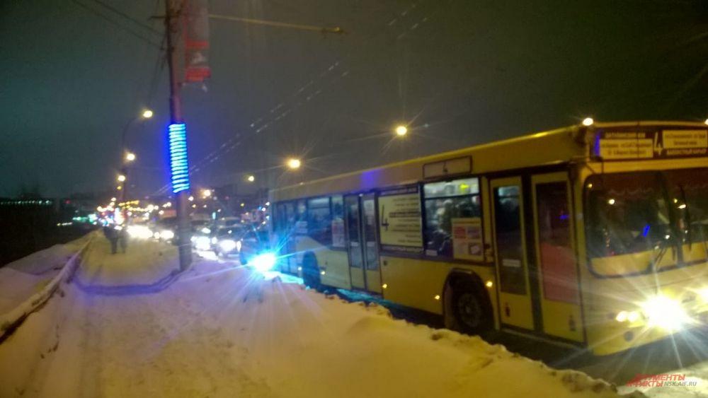 А вот жителям левого берега повезло меньше. Например, так украшен Тульский мост в Кировском районе, который расположен всего в двух остановках от центра Левобережья.
