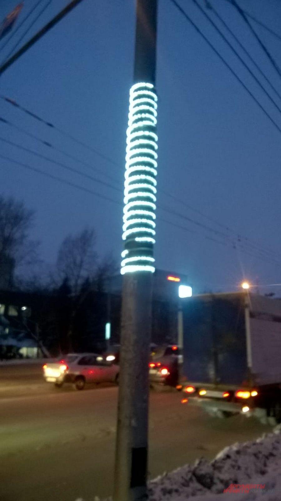 Из декора - обмотанная вокруг столбов гирлянда.