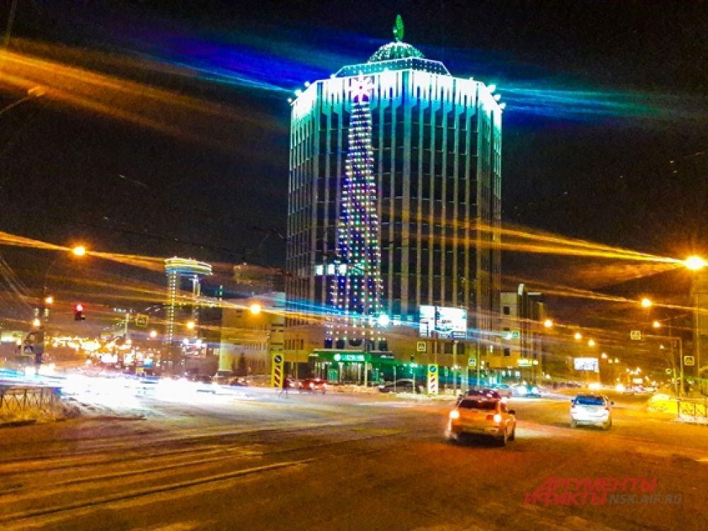 На крупных зданиях города красуются гигантские ели.