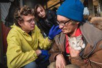 Сергей Иевков оказывает медицинскую помощь бездомным.