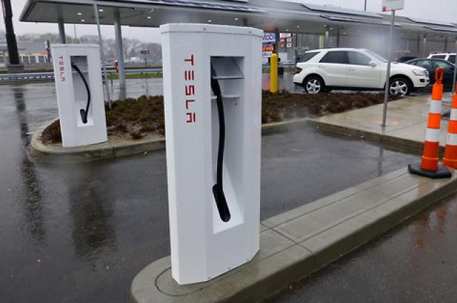 Илон Маск пообещал построить станции зарядки автомобилей Tesla в Украине