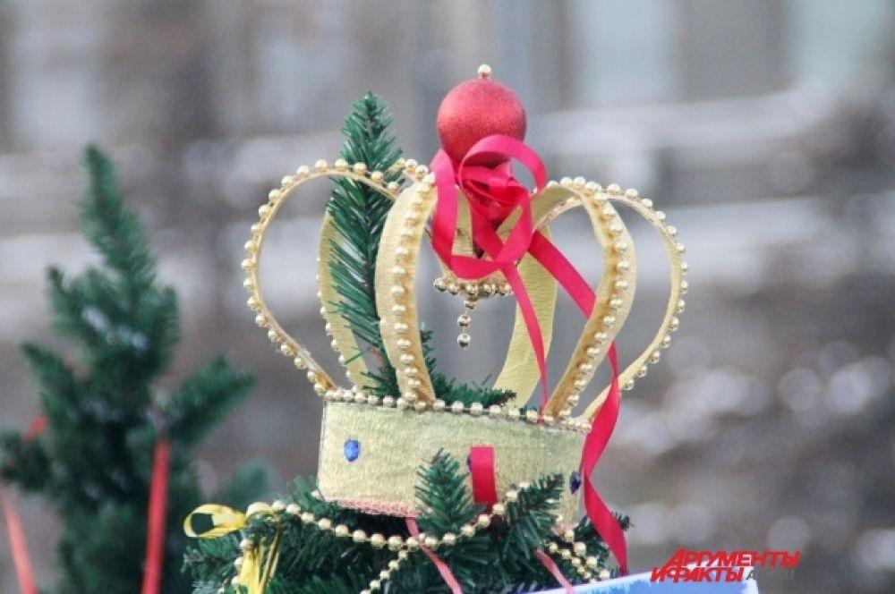 В этом году представить свои елки смогли представители предприятий, учреждений, коммерческих фирм, общественных организаций и почетных семей города Иркутска.