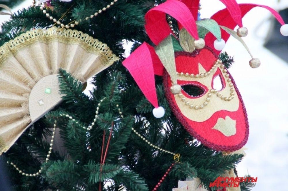 Иркутское жюри фестиваля-конкурса предстояло определить победителей в таких номинациях как: «Красивая елка», «Оригинальная елка», «Театральная елка».