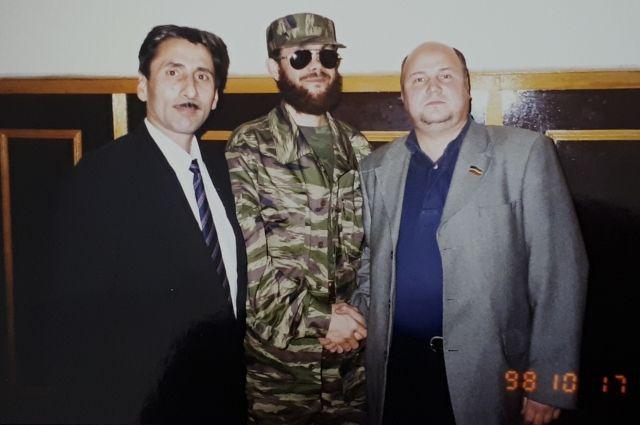 Вениамин Чубаренко поехал в Чечню, чтобы вызволить пропавших без вести татарстанских солдат. На фото с Салманом Радуевым.