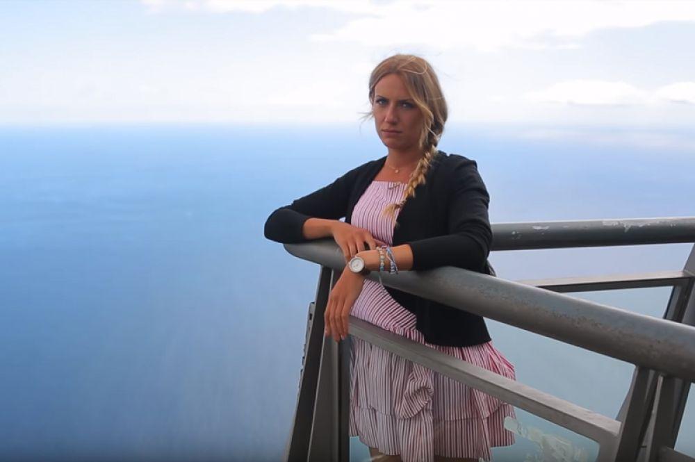 В 4-м и 5-м сезонах место ведущей занимала победительница шоу «Рассмеши комика» Леся Никитюк.