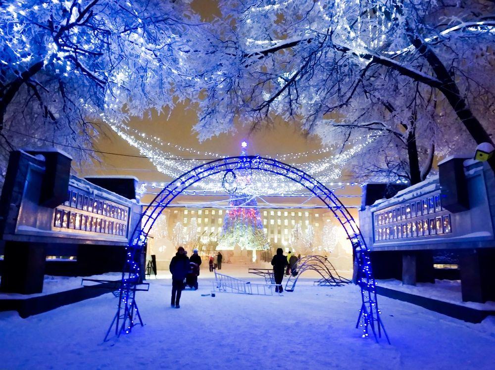 Светодиодные тоннели ведут на главную площадь, которая в этом году оформлена в стиле народных сказок о зиме.