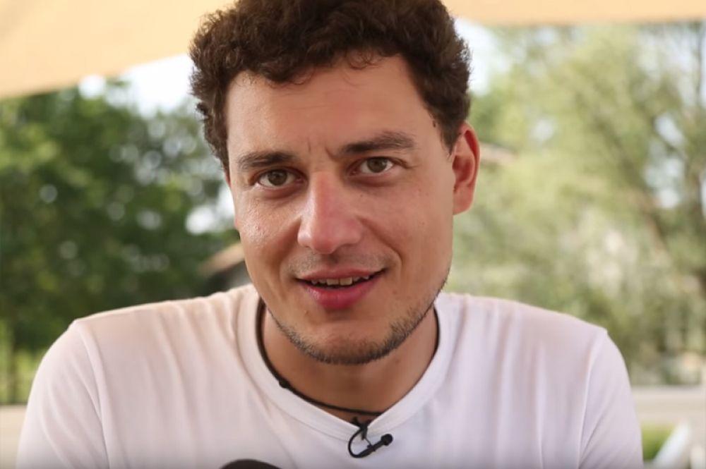 В 9-м сезоне Сергу, покинувшего проекта и решившего заняться музыкой, заменил режиссер и соавтор программы Евгений Синельников.