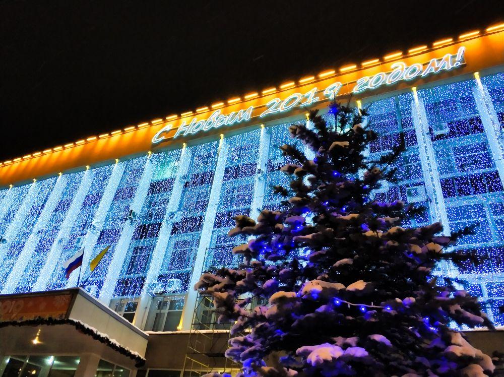 На праздничное оформление здания городской администрации потратили свыше полутора миллионов рублей.