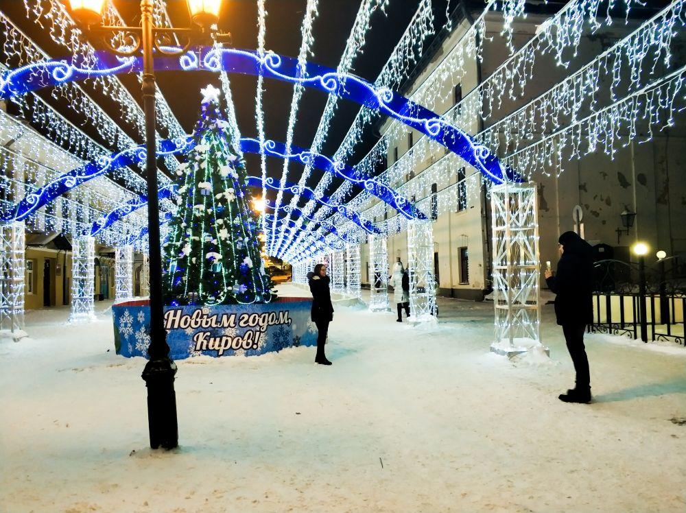 На прогулочной части улицы Спасской впервые установили каток под сводом мерцающих ламп.