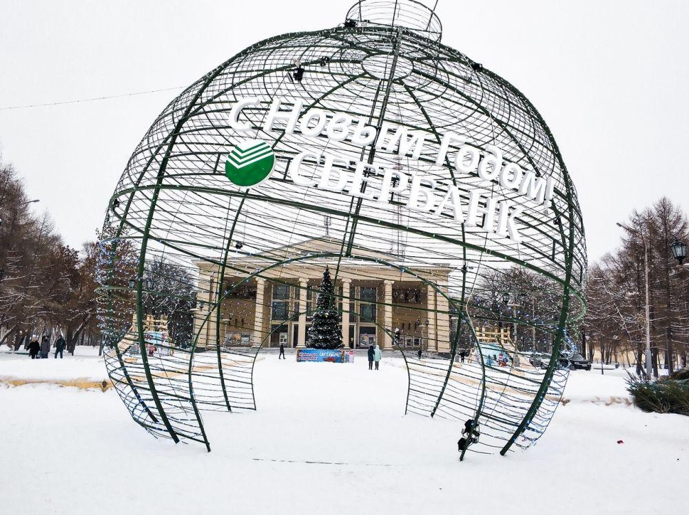 Вдоль Ленина появились две новогодние достопримечательности. Одна из них находится у Филармонии: напротив здания установлен огромный мерцающий шар, рядом с ним традиционно уставили горки и елку.
