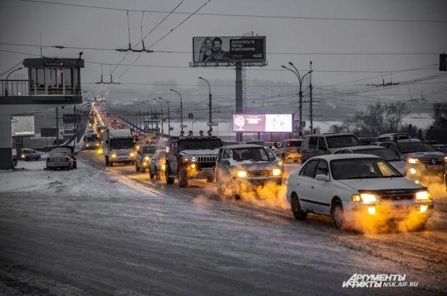Во время снегопадов весь Новосибирск стоит в пробках.