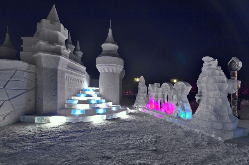Возле башни находятся несколько ледяных скульптур.