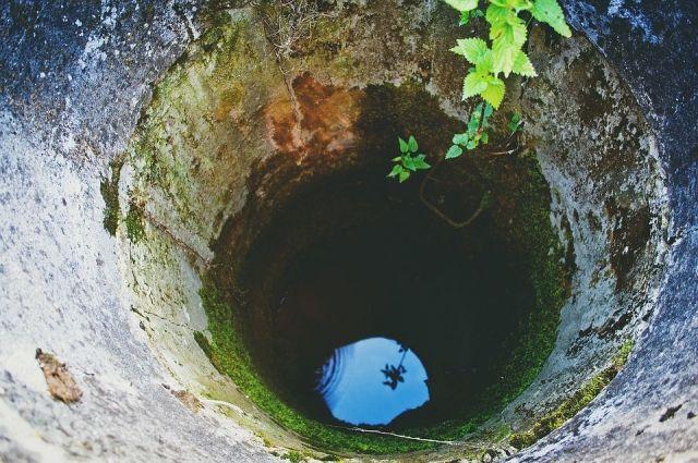 Девочка провалилась в канализационный люк.