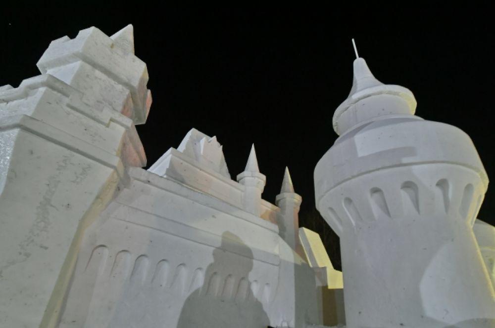 Снежный замок выглядит почти как настоящий.