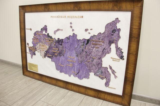 Карта России изготовлена из белого мрамора и нескольких оттенков чароита.