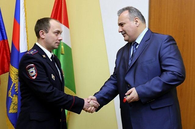 Ключи от служебного жилья участковому вручил начальник УМВД по Калужской области Александр Дедов.