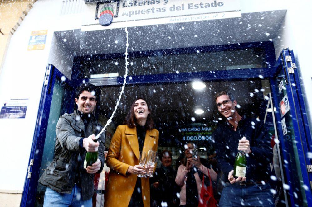 Выигравшие главный приз в рождественской лотереи Испании El Gordo в Ронде, Испания.