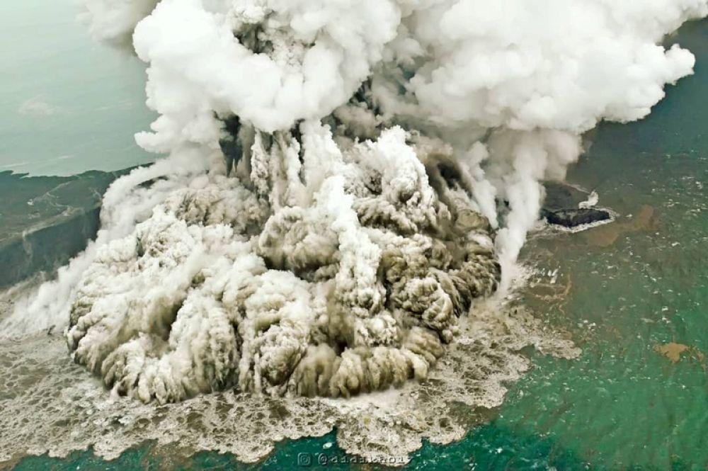 Пепел после извержения вулкана Анак Кракатау в Индонезии.