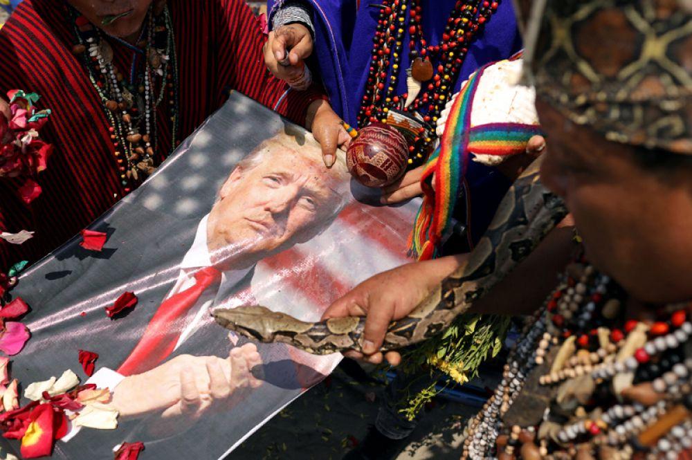 Перуанские шаманы совершают ритуал предсказаний на новый год на пляже Пескадорес, Лима.