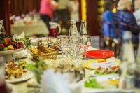 Новогодний стол для семьи из четырех человек обойдется больше, чем в 6000 рублей.
