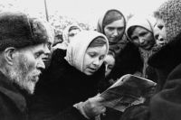 Жители освобождённого Пятигорска читают советскую газету.