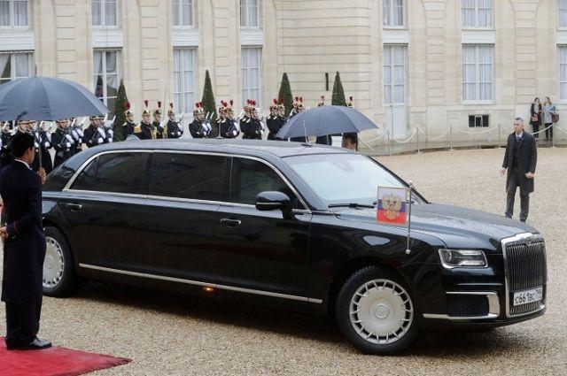 Автомобиль Aurus кортежа Владимира Путина у Елисейского дворца.