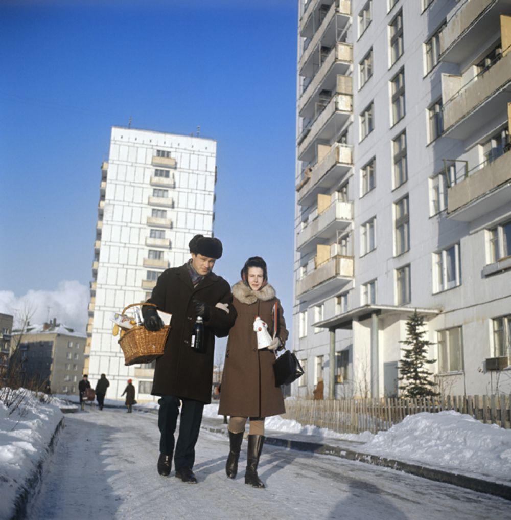Семейная пара возвращается домой с покупками к новогоднему столу. 1971 год.