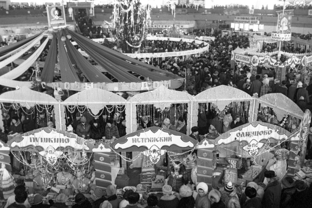 Бауманский рынок накануне Нового года. 1987 год.