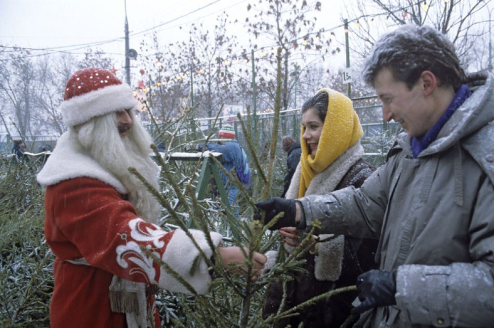 Дед Мороз на елочном базаре. 1991 год.