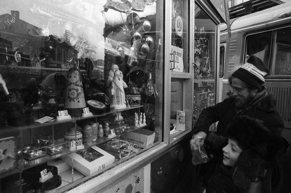 В дни новогодних праздников на Старом Арбате. 1987 год.