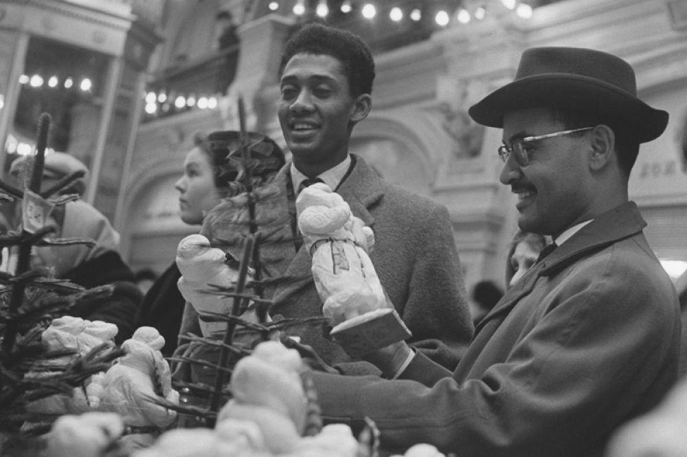 Студенты Университета дружбы народов имени Патриса Лумумбы выбирают подарки к Новому году в ГУМе. 1962 год.
