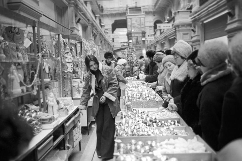 Предновогодняя торговля елочными украшениями в ГУМе. 1978 год.