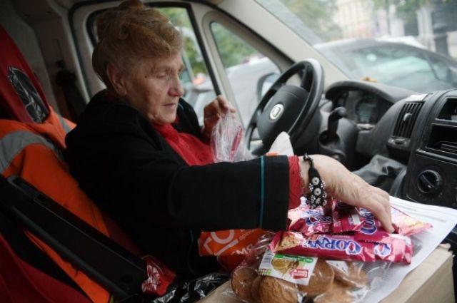 Блокадница развозит гуманитарную помощь нуждающимся.