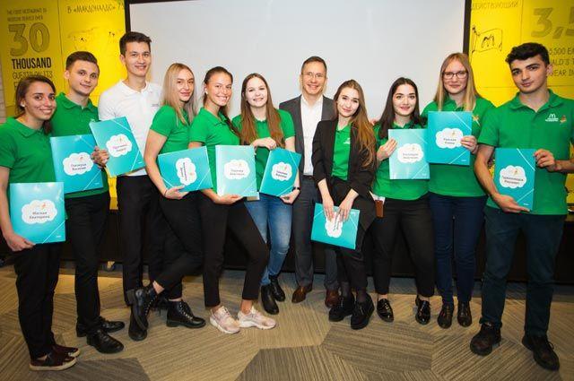 Генеральный директор Макдоналдс в России Марк Карена с выпускниками.