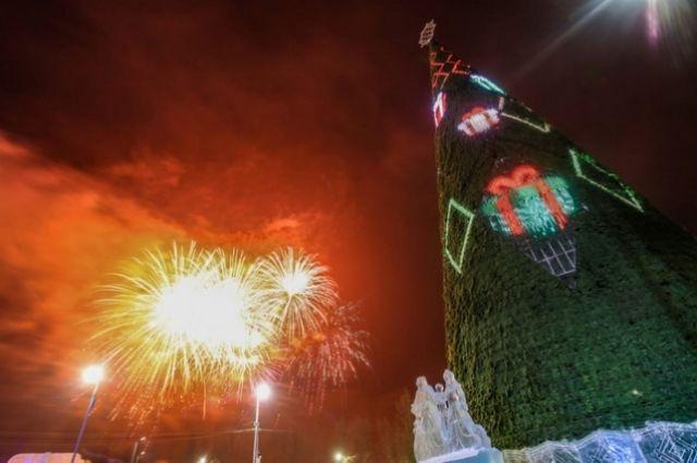 На острове Татышев установили самую высокую ёлку на континенте