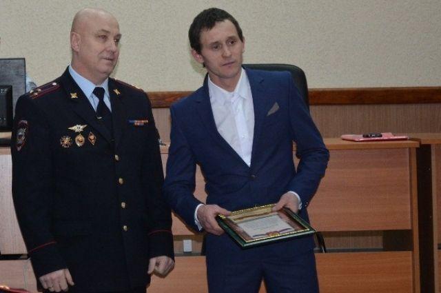 Михаил Разворотнев (справа) обезвредил пьяного отца и удерживал его до прибытия полиции.