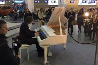 Александр Протасевич час играл на рояле в аэропорту.