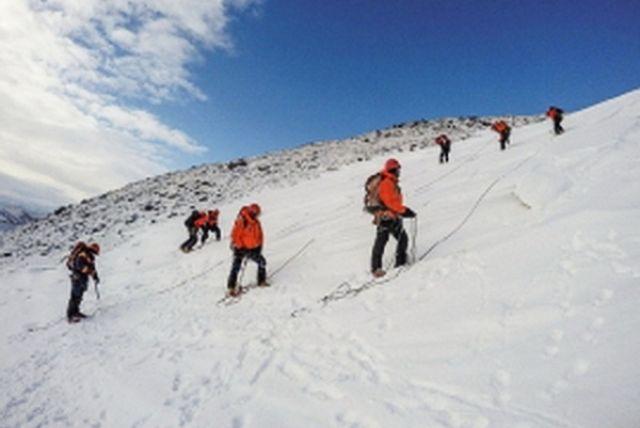 Группа спасения сама оказалась под снегом - произошел второй сход снега